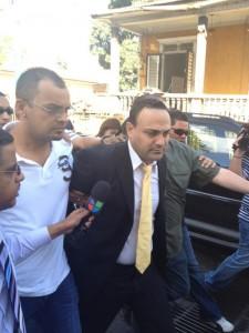 Como vulgar delincuente policías arrestan a ex representante