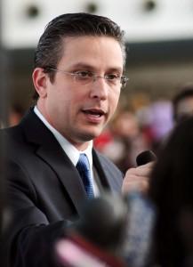 Gobernador entrega títulos propiedad a cien familias