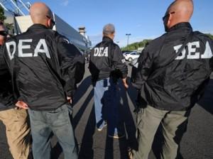 Federales golpean puntos de drogas en residencial de Jayuya