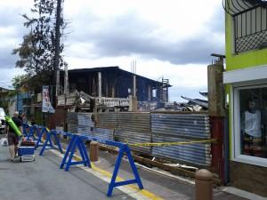 Fuego destruye 2 viviendas y provoca daños a otras seis