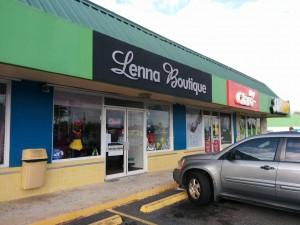 Pelirroja y cómplice asaltan boutique en Hormigueros