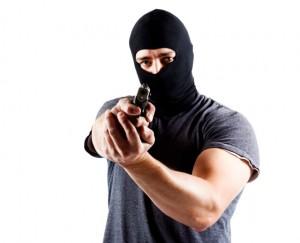 Agentes del CIC buscan pistolero que asalta colmado en Guayanilla