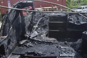 Parte de los daños provocados por un incendio a una lancha en San Sebastian (Suministrada Bomberos).