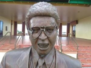 Investigarán vídeos de seguridad de La Guancha para identificar vándalos estatua de Héctor Lavoe