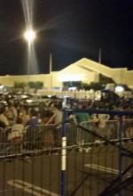 Multitud frente a la tienda Walmart del Mayaguez Mall a las 8:10 de la noche del jueves de Acción de Gracias (Foto por Elvin Joel Feliciano).