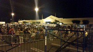 Gentío esperando desde temprano por las ventas del Viernes Negro en el Mayagüez Mall