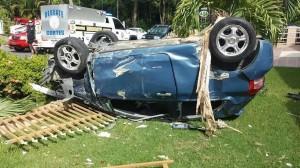 """Vehículo queda """"ruedas arriba"""" en patio de residencia en Aguada"""