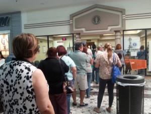 Molestos clientes AEE por largas filas en oficina del Mayagüez Mall