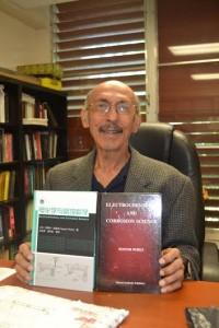 Traducen al chino libro de profesor del Colegio de Mayagüez