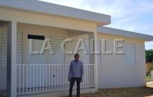 Municipio reconstruye y entrega residencia dañada por árbol en Aguadilla