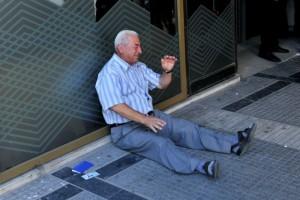 Giorgos Chatzifotiadis estaba entre los miles de pensionados griegos que a finales de la semana pasada esperaban frente a los bancos de su país para retirar el dinero de sus pensiones. Las lágrimas son por la frustración de no lograrlo (Foto AFP: Sakis Mitrolidis).
