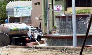 Municipio de Hatillo llena fuente con camión cisterna en medio de sequía