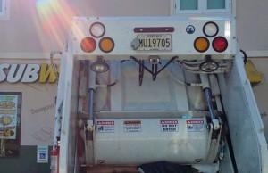 Por las redes: Estacionan camión de la basura de Aguadilla en parking de impedidos y empleado se burla