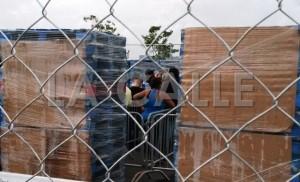 """Vallas impiden tomar fotos y vídeos: """"Organizan"""" clientes que esperan """"Venta del Madrugador"""" en el Walmart de Mayagüez"""