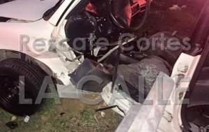 Estado en que quedó uno de los automóviles involucrados en el accidente (Foto Rescate Cortés).