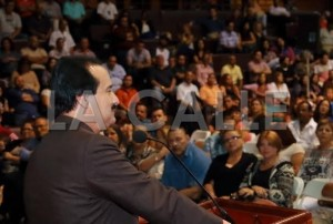 El alcalde de Mayagüez, José Guillermo Rodríguez, durante la entrega de los bonos de Navidad (Suministrada).