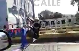 """Sujetos """"cogen pon"""" agarrándose de los vagones de camiones en la PR-2 de Mayagüez (Vídeo)"""
