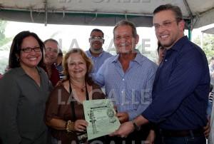 García Padilla entrega títulos de propiedad de fincas familiares en Las Marías