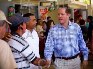 El Dr. David Bernier, acompañado del alcalde de Hormigueros, Pedro García, durante su visita a la Plaza del Mercado (Suministrada).