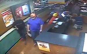 Captura de pantalla del vídeo suministrado por las autoridades del robo en el restaurante Denny's de Río Piedras (Suministrado Policía).