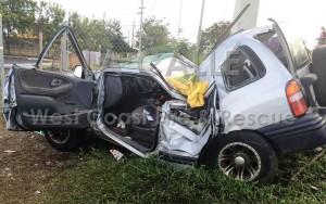 Condición en que quedó la guagua en la que murió un conductor el domingo en Mayagüez (Foto Facebook West Coast Fire & Rescue).