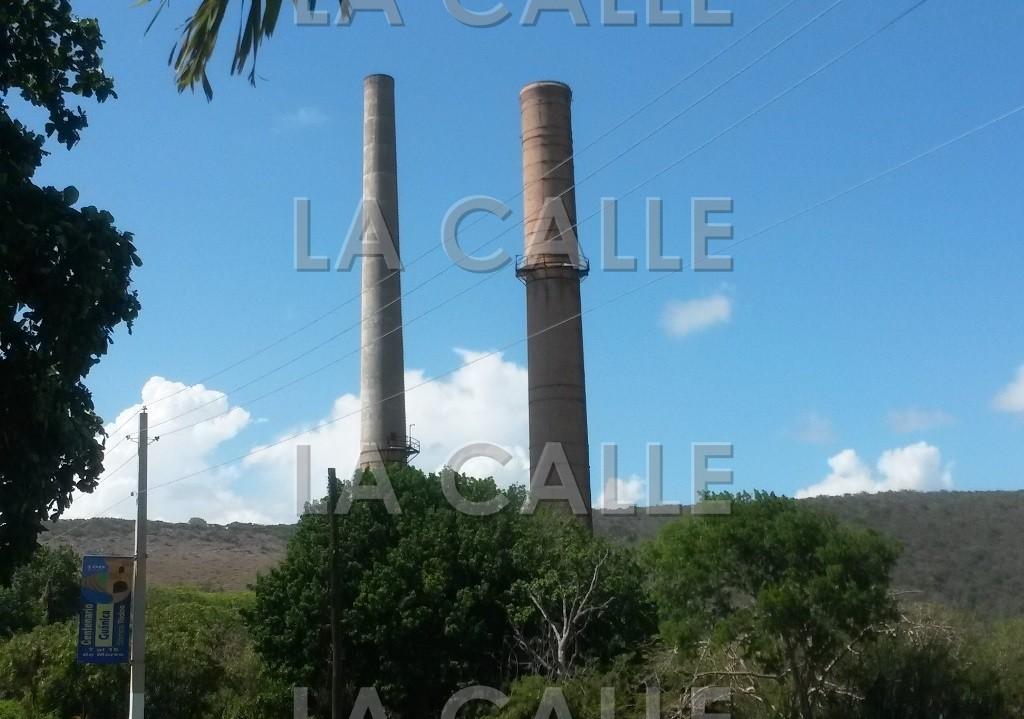 Las chimeneas de la antigua Central Guánica son mudos testigos de la historia del poblado de Ensenada en Guánica (Foto LA CALLE Digital por Julio Víctor Ramírez, hijo).