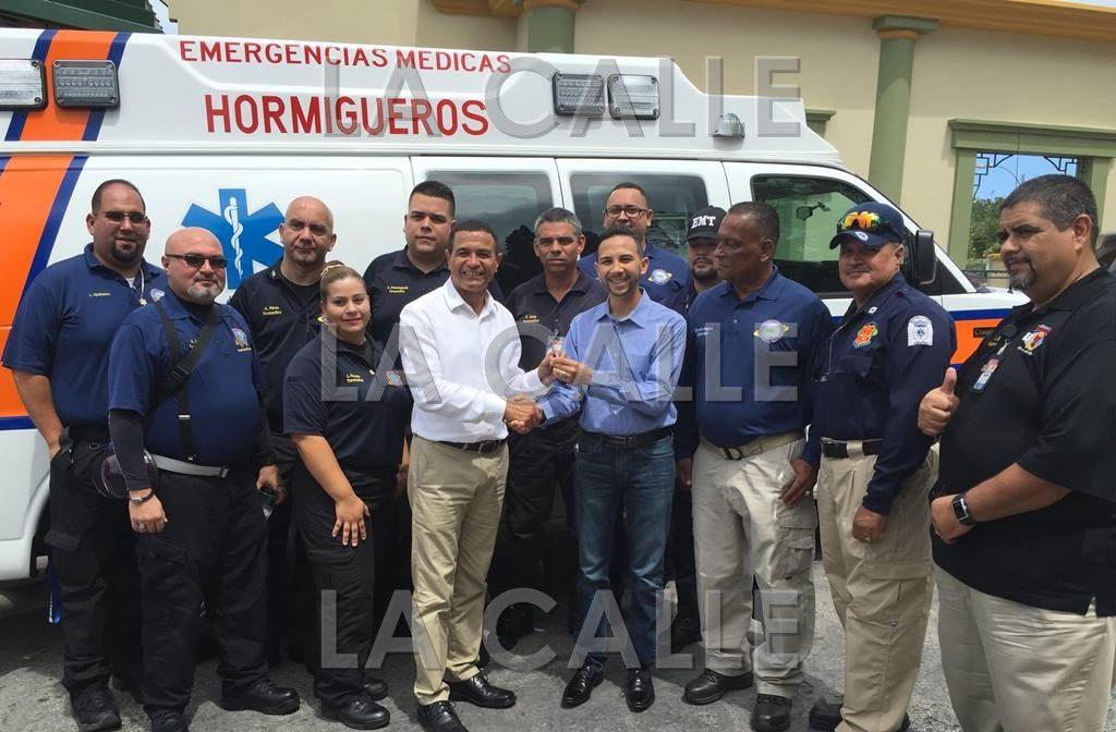 El alcalde de Hormigueros, Pedro García, recibe las llaves de la nueva ambulancia de manos del director del Sistema 9-1-1, Juan Morales Vargas. Les acompañan personal de Manejo de Emergencias y Emergencias Médicas de Hormigueros (Suministrada).