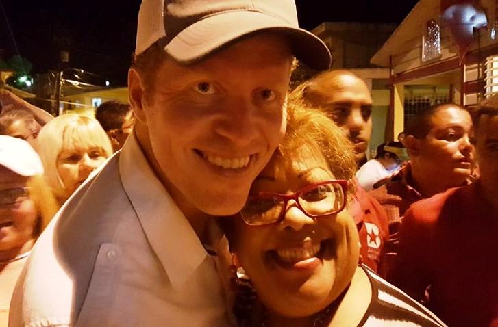 El Dr. David Bernier junto a la presidenta de la Organización de Mujeres Populares, Ada Skerrett, en Hormigueros (Foto Facebook).