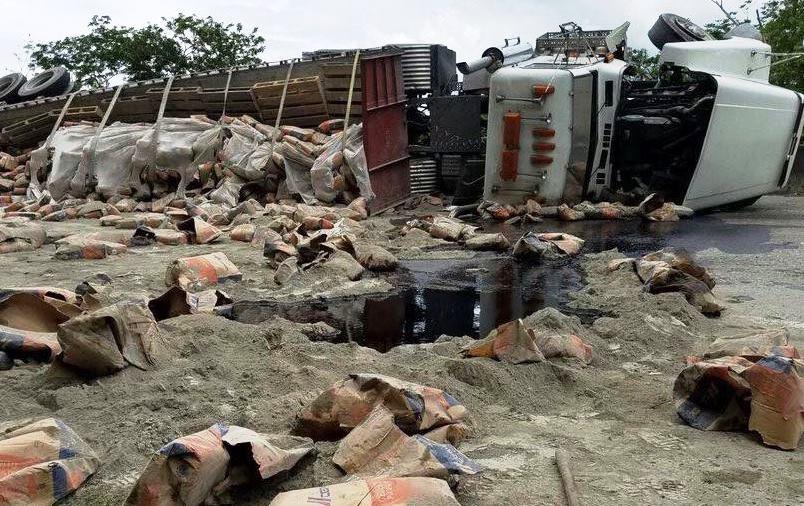 El personal que trabajo en la remoción del cemento tuvo que enfrentar la amenaza de lluvia en la zona (Suministrada Policía).