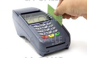 Nueva ley firmada por el gobernador obliga a comercios a aceptar tarjetas de débito o crédito