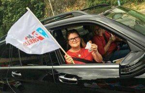 Captan a Secretaria de Salud entusiasta agitando bandera durante caravana del PPD