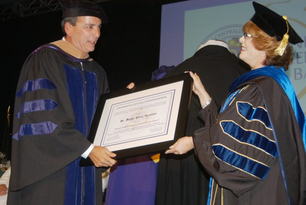 """El presidente de El Mesón Sandwiches, Felipe Pérez Grajales, recibe el doctorado """"Honoris Causa"""" de manos de la presidenta de la UCB, la doctora Lillian Negrón (Suministrada)."""