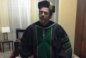 Benicio Del Toro llega tempranito a medirse la toga que usará en la graduación del RUM