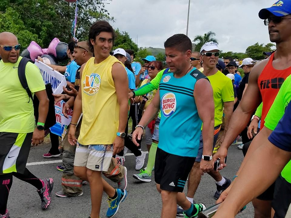Raymond Arrieta llega a Hormigueros en su caminata Da Vida (Foto Facebook por Roselyn Camacho).