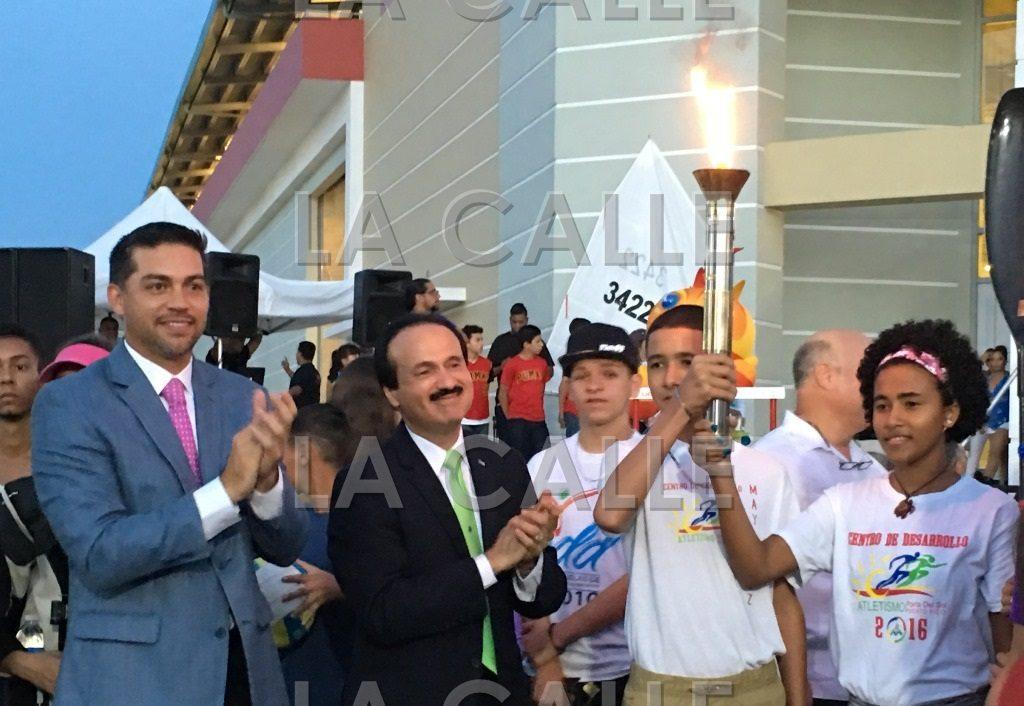El secretario Orta y el alcalde Rodríguez durante la ceremonia del traspaso de las facilidades deportivas (Suministrada Municipio de Mayagüez).