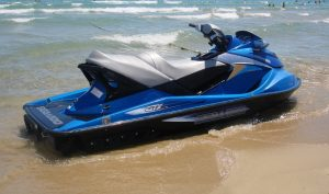 """Una de gravedad: 4 personas lesionadas en choque de """"jet skis"""" en playa Crash Boat de Aguadilla"""