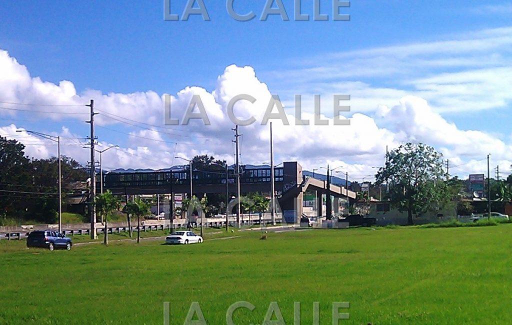 El accidente ocurrió cerca de este puente peatonal que está frente a la urbanización La Monserrate de Hormigueros (Foto LA CALLE Digital).