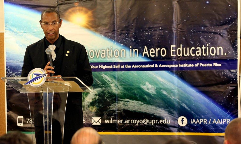 El profesor Wilmer Arroyo, director ejecutivo del IAAPR, durante la entrega de certificados de Base Aircraft Overhaul Program CAT-A en el IAAPR (Suministrada).