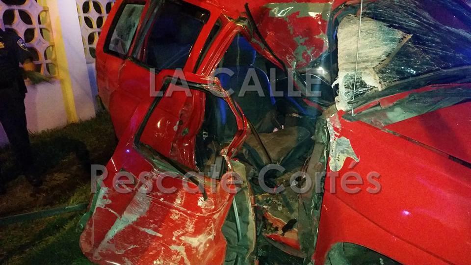 Condición en que quedó la guagua involucrada en el accidente fatal en Moca (Foto Rescate Cortés).