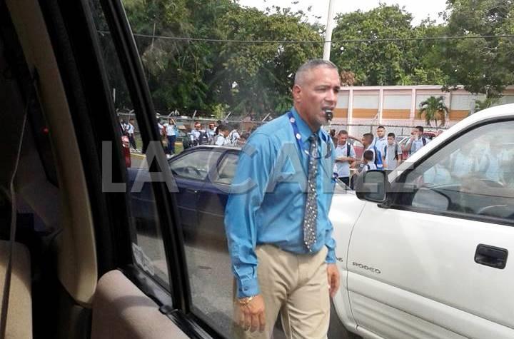 El profesor Ismael Aponte, principal de la escuela Ramón Rodríguez Díaz, descongestionando el tapón frente a su escuela (Foto Facebook Ivelisse Bobé).