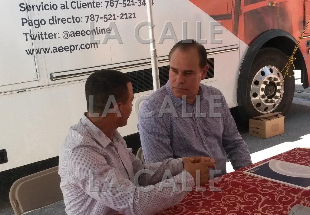 El alcalde de Hormigueros, Pedro J. García Figueroa, conversa con el director ejecutivo de la AEE, Javier Quintana (Foto LA CALLE Digital).