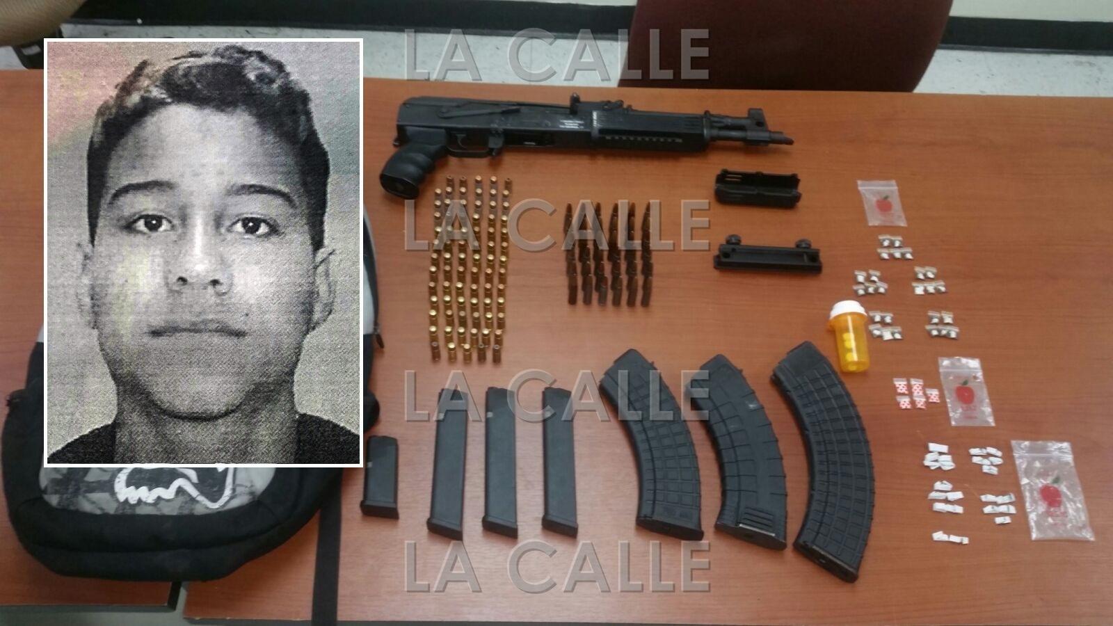 Foto de la ficha de Néstor Samol Bonilla y del material confiscado por agentes de Operaciones Tácticas de Mayagüez (Suministrada Policía).