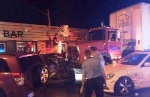 Camionero presuntamente borracho choca contra negocio esta madrugada en Isabela