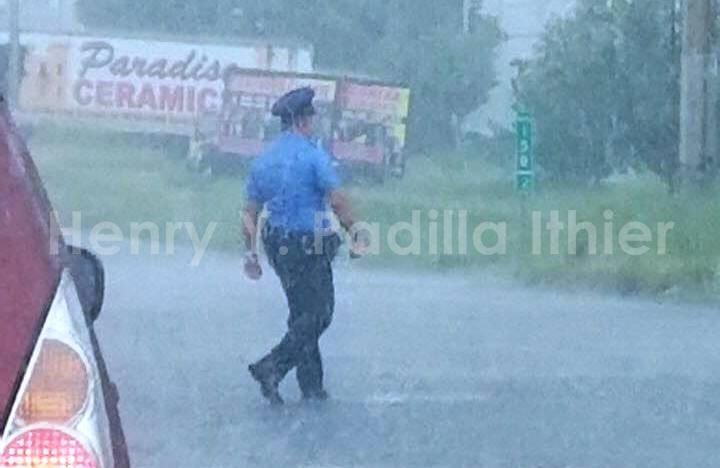 Esta foto tomada por el amigo Henry Padilla Ithier, ejemplifica el trabajo de la Policía durante esta emergencia.