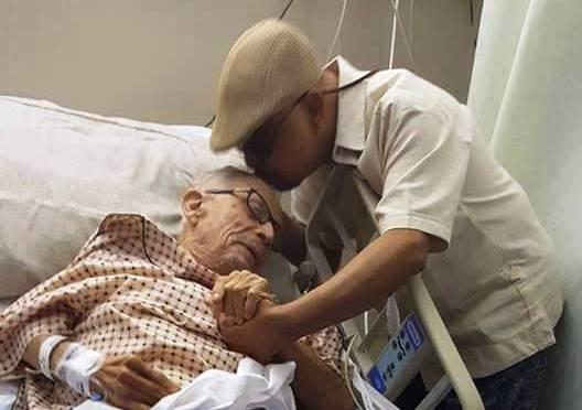 El maestro Papo Lucca besa a su padre Quique, fundador de la Sonora Ponceña. Don Quique espera para ser operado (Foto Facebook).