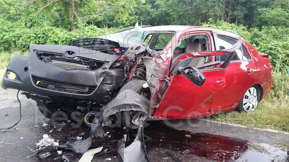 Así quedó el vehículo involucrado en el accidente fatal de la carretera 402 de Añasco (Foto Rescate Cortés).