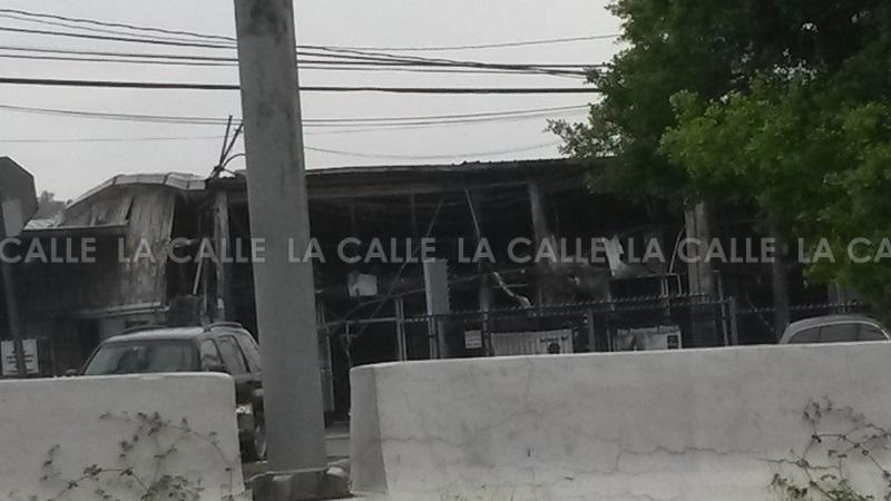 Así quedó el negocio López Truck & Bus Parts luego del incendio que lo destruye (Foto LA CALLE Digital).