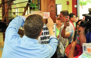 """Bernier realiza """"Operación Cero IVU"""" y coloca propaganda política en la Plaza del Mercado de Mayagüez"""