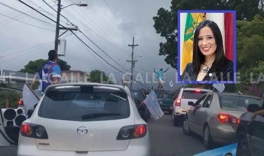 La legisladora municipal novoprogresista, Omayra Martínez Vázquez (en el recuadro) fue alcanzado por una piedra lanzado durante una caravana del PNP en Sabana Grande.