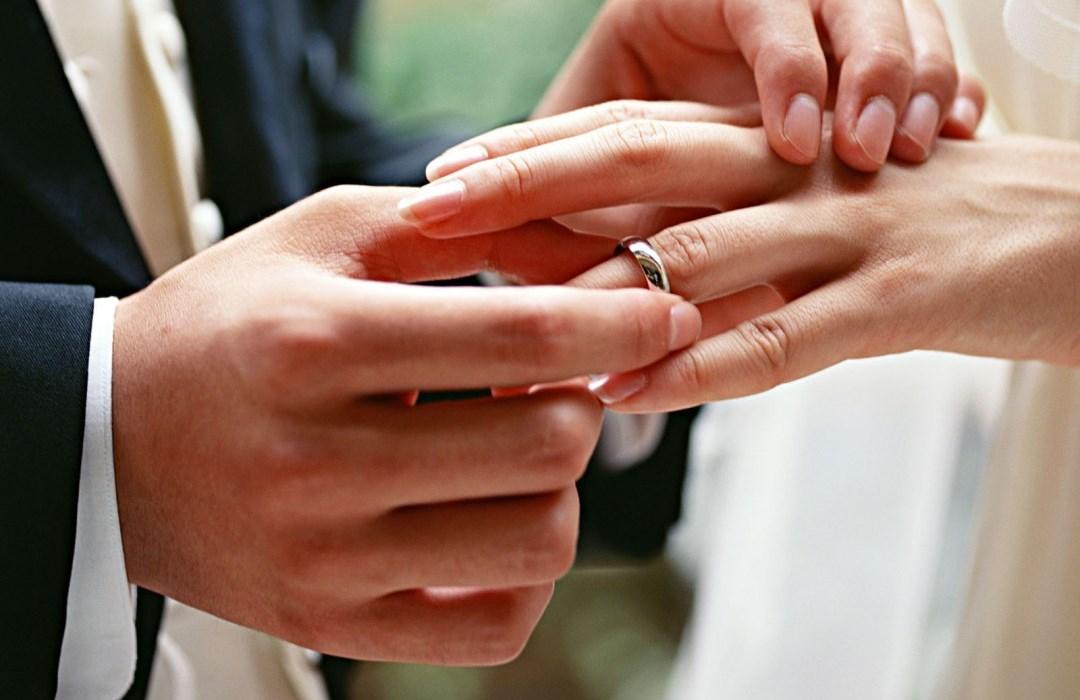 De ser firmada por el gobernador, la ley le permitiría a los notarios oficiar bodas.